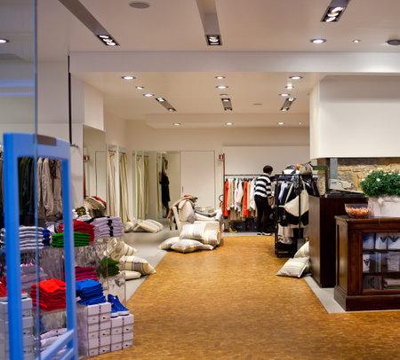 kledingwinkel: Kleren op een tafel in een kledingzaak Redactioneel