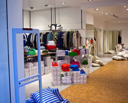 tienda de ropas: Ropa en una mesa en una tienda de ropa