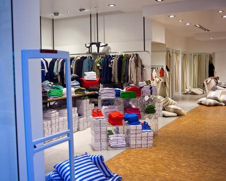 Vêtements sur une table dans un magasin de vêtements