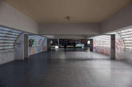Vista del túnel con graffiti en Trieste