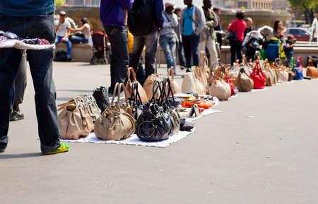 vals geld: Nagemaakte Italiaanse tassen voor de verkoop in de straat Stockfoto