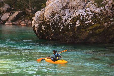 Kajakken in de zomer op de Soca rivier, Slovenië