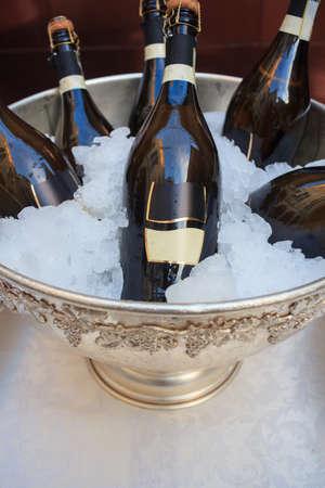 Buffet, bouteilles de vin dans un seau de glace froide d'argent