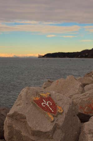 alabarda: Alabarda, mosaico sulla roccia del simbolo della citt� di Trieste Archivio Fotografico