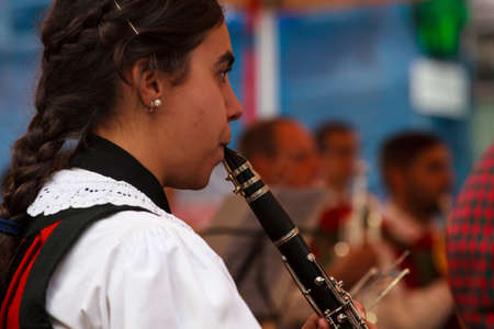 pentagramma musicale: BOLZANO, ITALIA - 15 settembre: clarinettista durante il concerto del 20 Settembre 2013