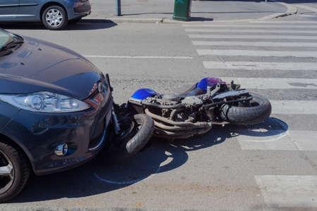 accidente transito: Accidente de moto en la calle urbana, Milan