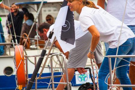 water s edge: TRIESTE, ITALIA - 12 ottobre: ??L'equipaggio della barca a vela ammainare le vele durante la regata 46 � Barcolana di Trieste mare il 12 ott 2014 Editoriali