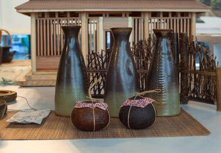 anforas: Vista de cuencos de cerámica oriental sobre la mesa