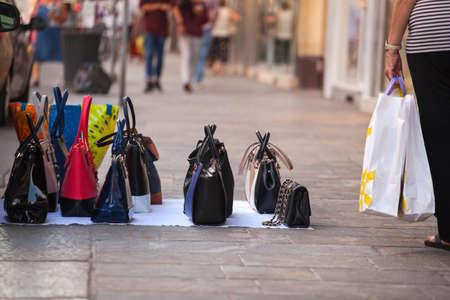 dinero falso: bolsos falsificados de italiano para la venta en la calle Foto de archivo