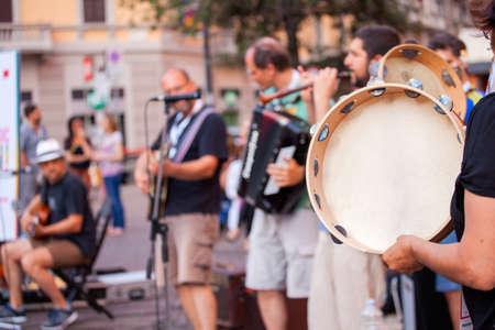 pandero: hombre pandereta durante el concierto de la calle Foto de archivo