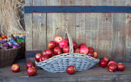 pomme rouge: Vue de pommes rouges dans un panier en osier Banque d'images