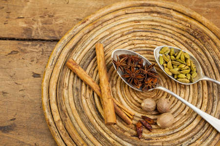 nutmeg: Cinnamon, anice, nutmeg, cardamom, chilli on tray