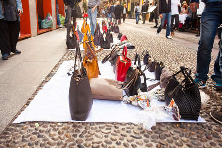 dinero falso: bolsos falsificados de italiano para la venta en la calle Editorial