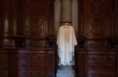 sotana: Vista de la sotana, ropa administrativa cristiana en la iglesia