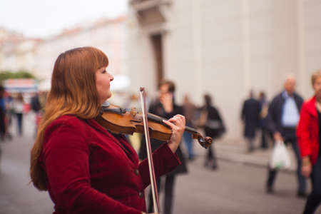 violinista: TRIESTE, ITALY - MAY, 14: Female violinist playing in the street on May 14, 2016 Editorial