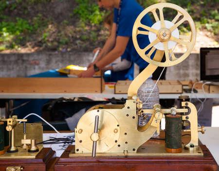 telegrama: Cerca de la antigua tel�grafo en la mesa de madera