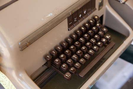 telegrama: Primer plano de un teclado de la antigua t�lex Foto de archivo