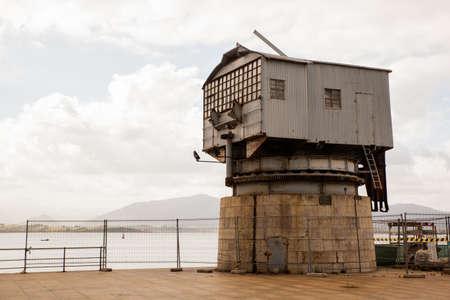 Vista de la antigua grúa llama Grua de Piedra en el paseo marítimo en Santander