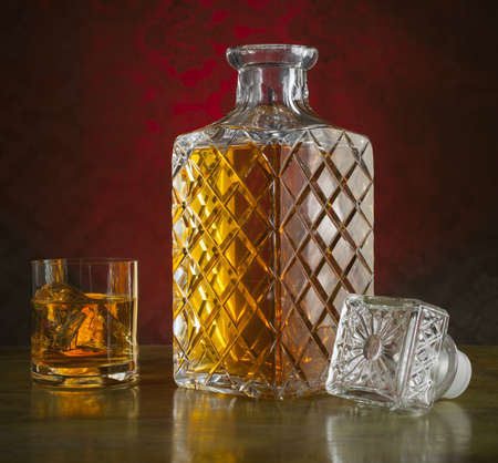 Whiskey in a nice bottle and glass with ice Banque d'images