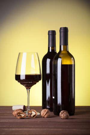 Vino rosso italiano in bottiglie e bicchiere da vino Archivio Fotografico - 81060958