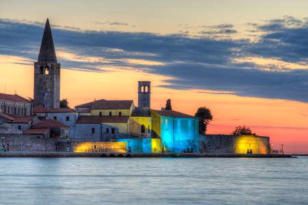ポレッチのスカイラインと、夕焼け、イストリア半島の海の眺め。クロアチア