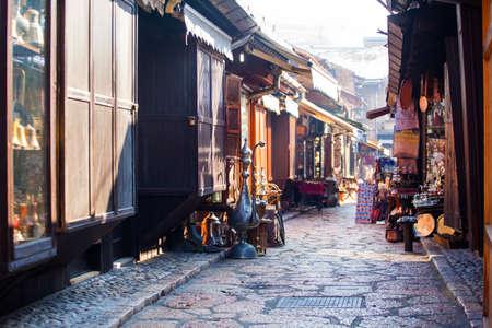 Mercado callejero típico en Sarajevo, Bosnia y Herzegovina Foto de archivo - 97943203