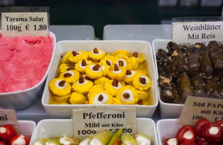 Delicious stuffed peppers for sale on a market stall Stockfoto