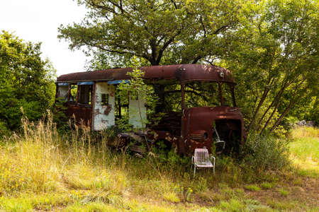Rusty van abandoned in the countryside Imagens