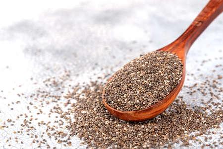 Gesunde Chia-Samen in einem Holzlöffel auf der Tischnahaufnahme