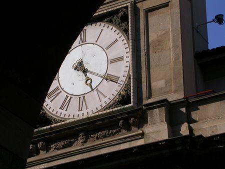 italien: Italien clocktower obscured by an arch, in Milan.