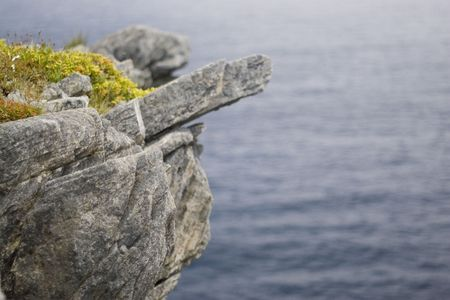 Overhang of a cliff on the atlantic, along the East Coast Trail. 版權商用圖片