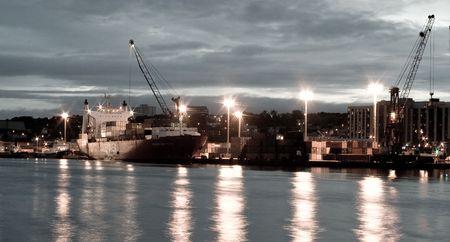 construction navale: Le chantier naval de St. John's, � la tomb�e de la nuit, de l'autre c�t� du port de St. John's.