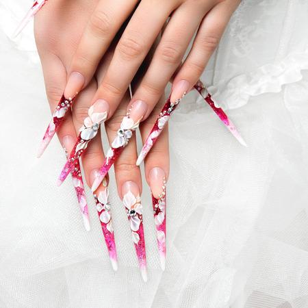unas largas: Arte boda uñas y el diseño en las manos de la novia. Foto de archivo