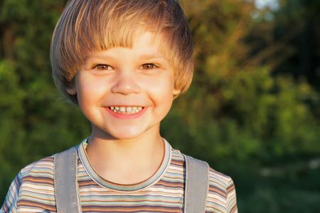 自然の中の夕暮れ時の肖像画愛らしい少年。 写真素材 - 43681316