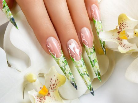 uñas largas: Mano femenina con la manicura y hermoso diseño en las uñas. Foto de archivo