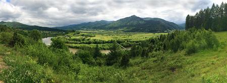 Rybnyk の村、ウクライナの近くのゲルハルトストルイ川の渓谷のパノラマ ビュー