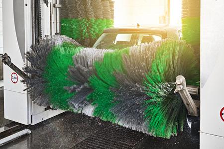 Servicio automático de lavado de autos en interiores en acción
