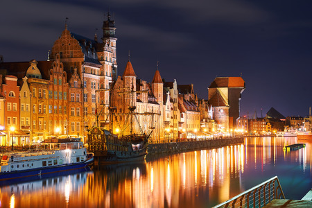 Night view of Gdansk harbor and Motlawa river, located in the Old Town of Gdansk city, Poland Stok Fotoğraf - 121639637