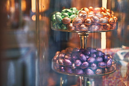 Traditional colorful Easter chocolate eggs in a confectionery storefront in Brussels, Belgium Stok Fotoğraf - 121639816
