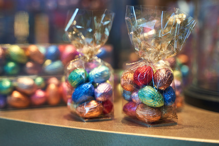 Traditional colorful Easter chocolate eggs in a confectionery storefront in Brussels, Belgium Stok Fotoğraf