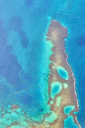 Aerial view of a beautiful turquoise coral reef, a popular night or mooring spot for Red Sea diving near El Gouna and Hurghada in Egypt. 免版税图像