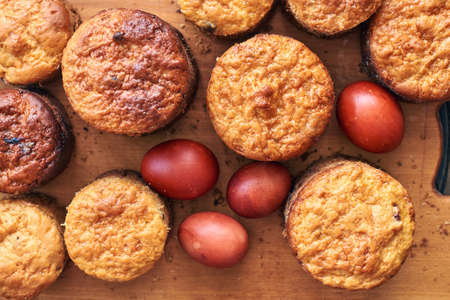 Traditional Ukrainian paska bread and painted Easter eggs 免版税图像