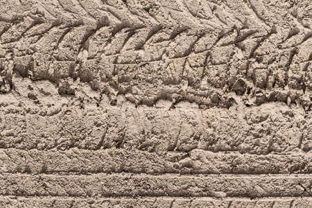 sandy soil: Fotografia di un pneumatico traccia lasciata nel terreno di sabbia bagnata