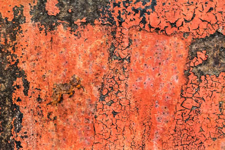 decomposed: ,, Placa muy viejo, obsoleto, mal corro�do metal oxidado, cubierto de grietas, capas descompuestos de pintura anticorrosiva rojo, el alquitr�n y el �xido de obturaci�n