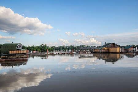 cielos azules: Resucitado nivel del r�o Sava, con casas flotantes a lo largo de sus orillas, los �rboles verdes doseles y cielo azul con nubes blancas mullidas