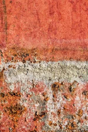 peinture rouge: Vieux, obsol�te, rivi�re tr�s corrod�s radeau cabane flottante surface m�tallique, couverte de couche de ciment cr�pi, fissur� peinture rouge d�compos�e et la rouille.