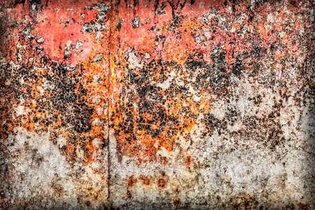 decomposed: Viejo, obsoleto r�o, muy corro�dos balsa choza flotador superficie met�lica, cubierta de capas agrietadas descompuestos de alquitr�n, pintura y �xido, vi�eta grunge textura. Foto de archivo