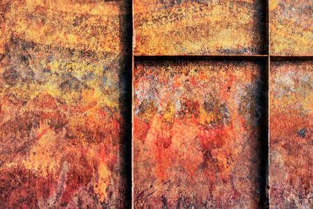 decomposed: Viejo, desechado, la superficie de metal de fondo barco por el r�o con mucha corrosi�n, reforzada con nervios de acero, cubiertas con capas agrietadas descompuestos de pintura y �xido.