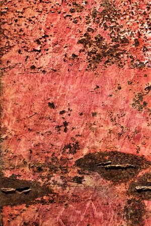 decomposed: Viejo, desechado, muy corro�dos superficie flotante choza de metal balsa r�o, cubierto con capas agrietadas descompuestos de pintura y �xido.