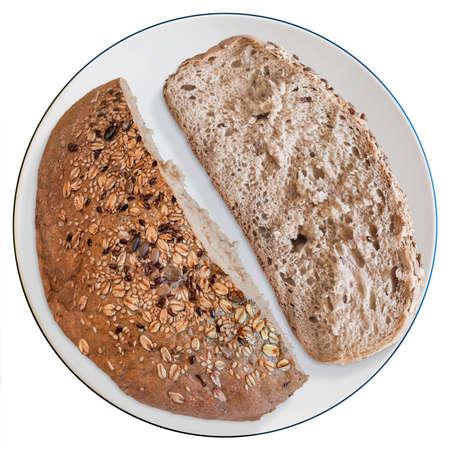 bread loaf: Integral met� Pane pagnotta, con taglio fetta, in porcellana bianca tavola, isolato su sfondo bianco.